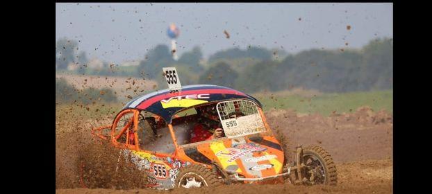 Actiebeeld van een autocross door Patrick Van Steenbergen