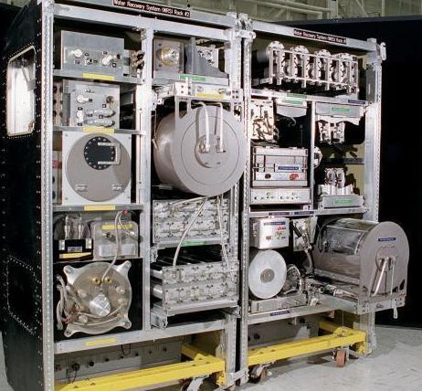 Todo o sistema de purificação de água da ISS, numa réplica em terra em http://regmedia.co.uk