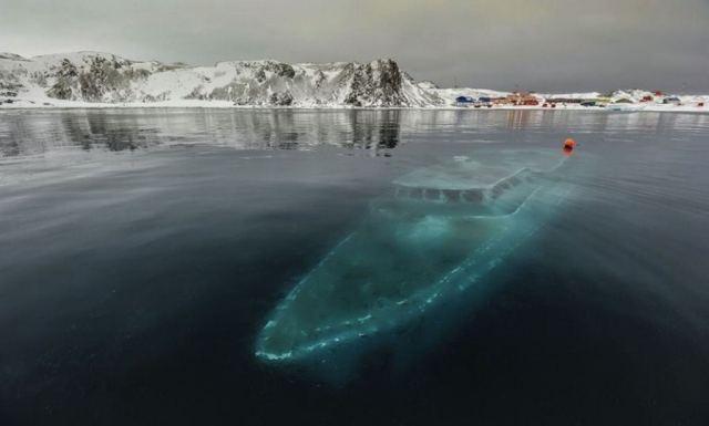 08 - Iate afundado na Antártida