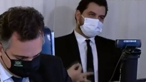 ASSESSOR DO PRESIDENTE BOLSONARO FOI FLAGRADO FAZENDO SINAL SUPREMACISTA BRANCO