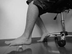 ゴルフボールを使った足底筋膜のマッサージ