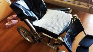 車いすの座面に滑り止めマットを使用してずり落ちを防止