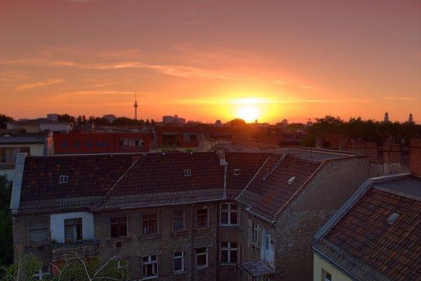 Blick vom Dach eines Hauses nahe Ostkreuz Richtung Alexanderplatz samt Sonnenuntergang: