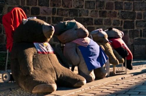 4 Plueschbaeren sitzen in der Sonne