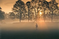 Vorbereitungen zum Fußballspiel im morgendlichen Nebel