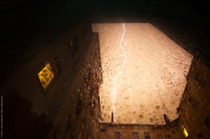 Blitze über einem Berliner Hinterhof
