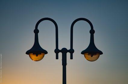 Strassenlaterne im Gegenlicht des Sonneunterganges