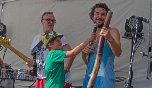 Felix vom Walde interviewt den Didgeridooisten der Band FUSE