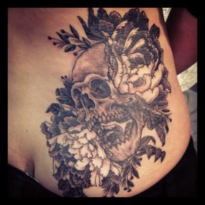 #peony #skull #waist #hip #blackandgray #tattoo #ボタン #牡丹 #スカル #タトゥー #ブラック&グレイ
