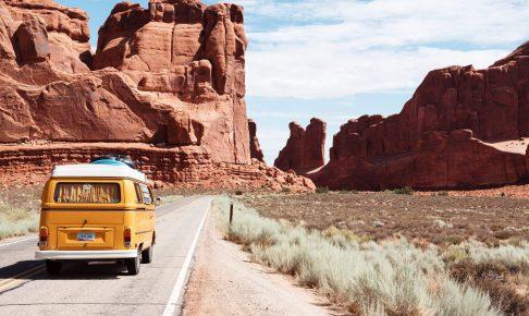 砂漠地帯を走る車