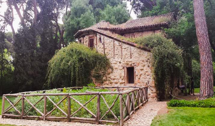 Casa de la Vieja de el Parque el Capricho en la Alameda de Osuna