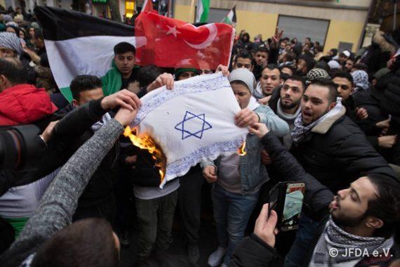 Image result for manifest contre l'antisemitisme nouvelle