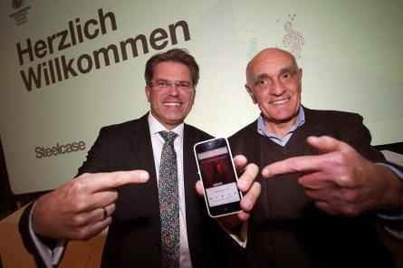 """Januar 2015: Unser Hörer Marc mit unserem neuen """"Fan"""" Martin Kind in der HDI Arena."""