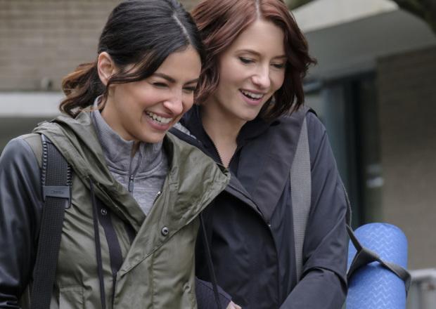 Floriana Lima como Maggie Sawyer junto a Chyler Leigh como Alex Danvers