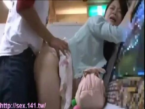 ゲームセンターで彼氏とデート中のお嬢様系お姉さんが鬼畜男に強姦される無理矢理犯している動画無料