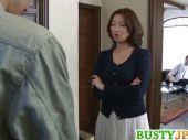 奥様のクレームが原因で首にされた男が家に押し入り旦那の前でレイプしちゃう人妻レイプ動画