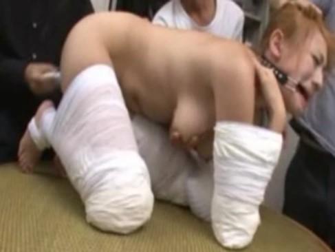 包帯で手足を縛られ猿轡までされた金髪ギャル!身動きできない状態で好き勝手に身体を弄られてる無理矢理犯している動画