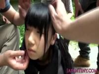 車で拉致監禁された黒髪美少女!服を剥ぎ取られてチンポを咥えさせられおまんこをハメられる無理矢理犯している動画