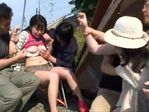 母娘で仲良くキャンプをしている所に乱入!襲い掛かってテントの中で輪姦しちゃってる無理矢理犯している動画