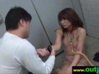 三十路美熟女妻が公衆トイレでレイプされる!首輪をされ強引にチンポを咥えさせられてる無理矢理犯している動画
