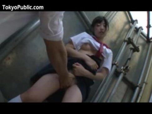 通学中の可愛い制服娘が痴漢師に調教され性奴隷に成り下がる無理矢理イカされる動画無料