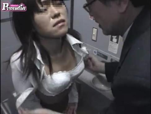 電車の中で泥酔していた黒髪お姉さんがトイレに連れ込まれおまんこを弄られフェラチオさせられてるレイプ動画無料