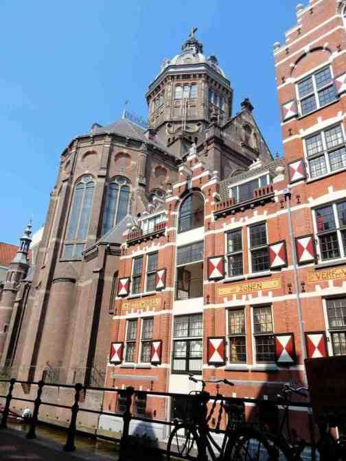 Sint-Nicolaaskerk vanaf Oudezijds Kolk, Amsterdam