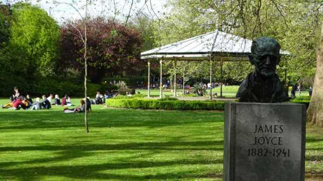 Dublin - Stephens garden - Monument voor James Joyce.