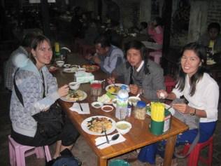 Doris, Kyaw Zin und Nwe beim Essen