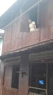 alte Frau am Fenster