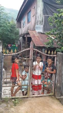 Freundliche Kinder beobachten unseren Kurzbesuch