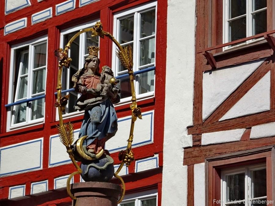 Brunnenfigur mit Fachwerk