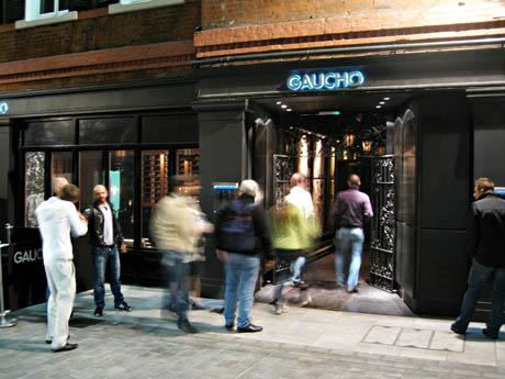 Den argentingske restaurantkjeden Gaucho er populær i England, og kjedens restaurant ved Piccadilly Cirkus er Englands største.