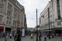 Starten på den store gågaten Market Street i Manchester. Her er også et Metrolink-stopp.