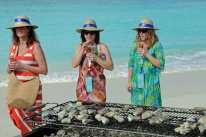 Die drei Damen mit Hut genießen das Cayman Cookout