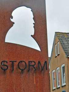 Ein Scherenschnitt von Theodor Storm vor dem Eingang zum Storm-Haus