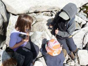 Steine klopfen um Kristalle zu finden