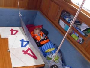 Kind schläft in einer seekoje