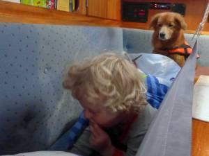 Kind und Hund in einer Koje