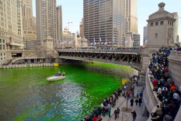 Die spinnen, die irisch verwurzelten Amis: Der Chicago River knallgrün gefärbt