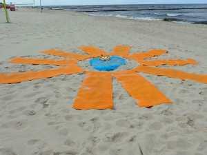Kein Kunstwerk, sondern Yogamatten von Claudia Lippert am Strand von Koserow, Familienurlaub Usedom, Tipps Familienreise, Aktivurlaub mit der Familie, Usedom-Urlaub, Reiseblog. Reisefeder
