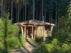 Die Wasserhütte ist auf Stelzen über einen Bach gebaut