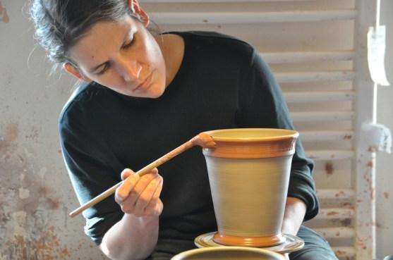 Janne Klett-Drechsel bemalt die Tontöpfe. Zurück zum Artikel