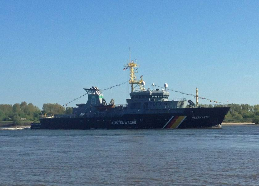 Fischereischutzboot Meerkatze auf der Elbe vor Hamburg