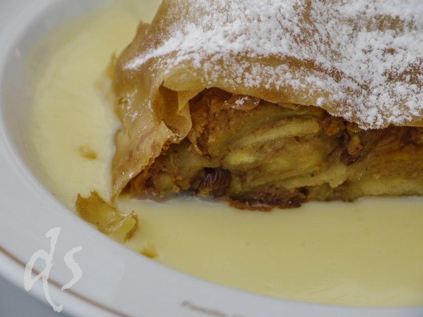 Apfelstrudel auf dem Teller - typisch wienerisch...