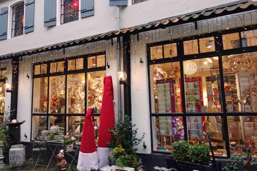 Weihnachtlich geschmückter Laden in er Roten Straße in Flensburg