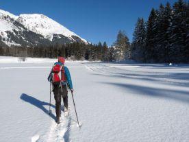 Lechtal_Schneeschuhwanderndurch unberuehrteLandschaft