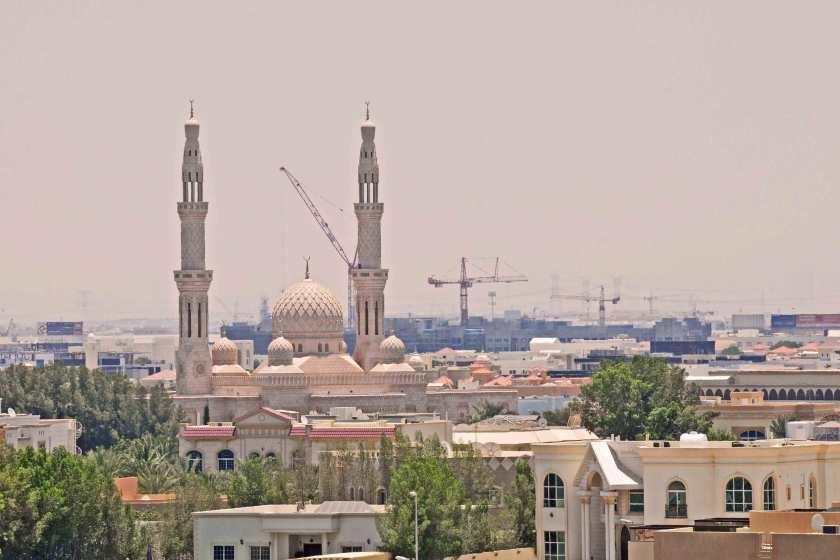 Minarette und Kräne in Dubai
