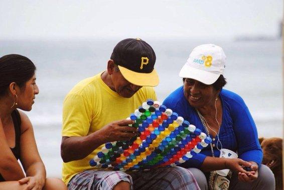 mingas-por-el-mar-fertigung-von-matten-aus-plastikdeckeln