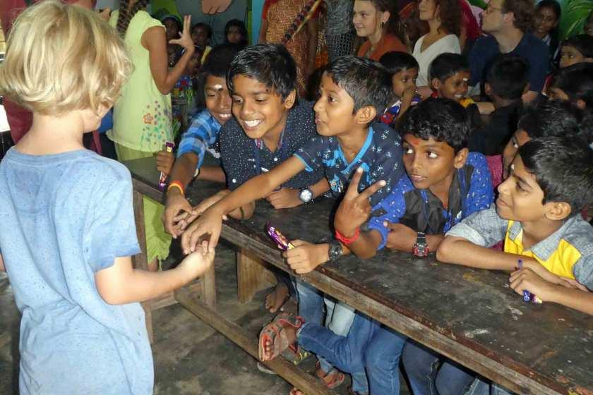 Ein blondes Kind trifft indiscche Kinder in einer SchuleEin blondes Kind trifft indiscche Kinder in einer SchuleEin blondes Kind trifft indiscche Kinder in einer Schule